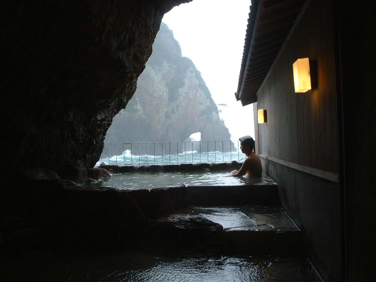 28紀伊勝浦の岩窟温泉
